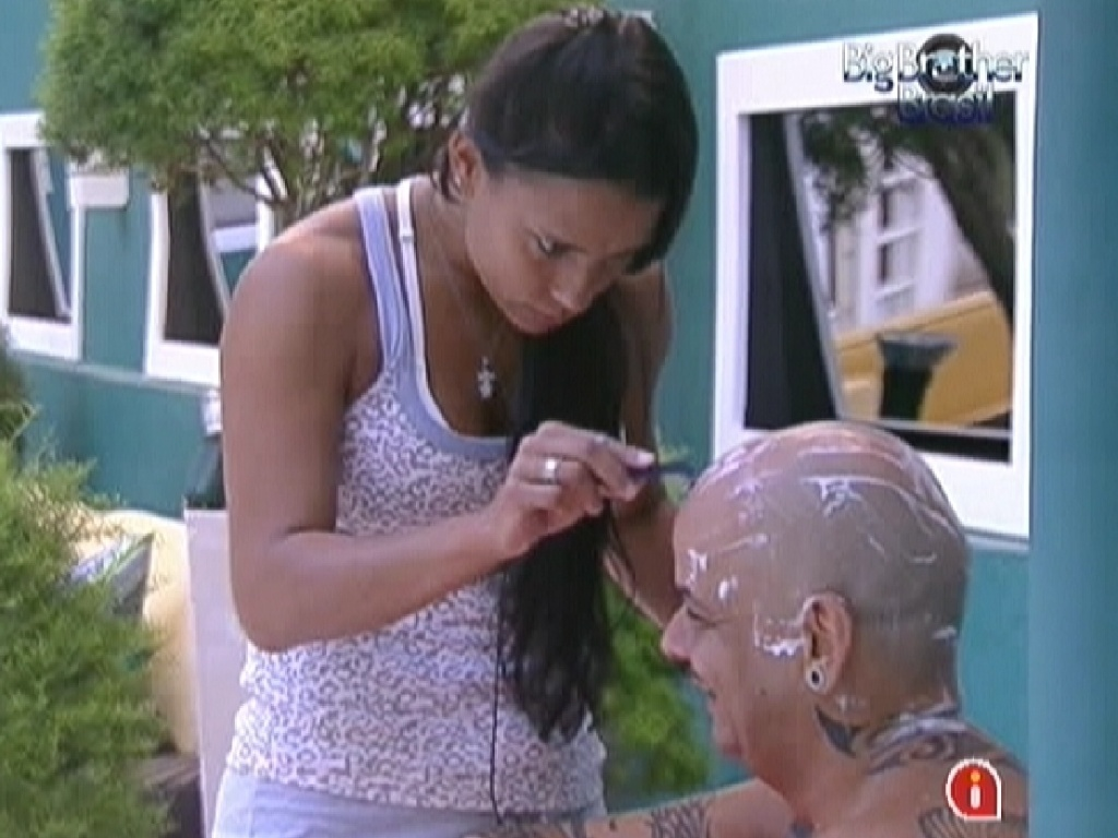 Kelly raspa a cabea de Joo Carvalho (29/2/12)