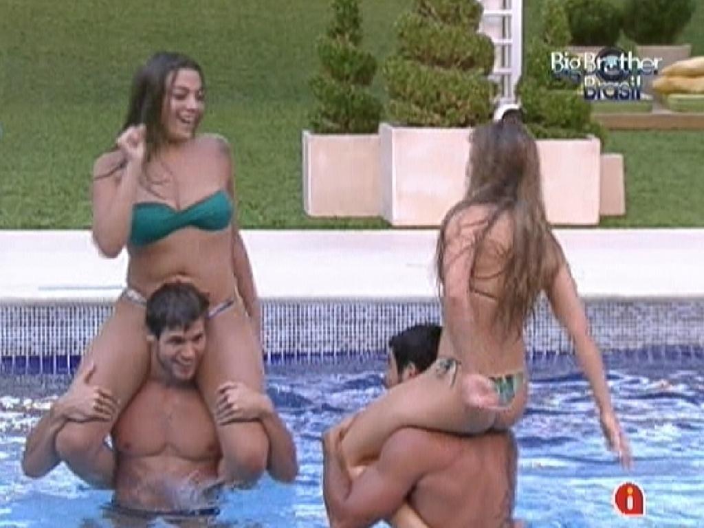 Monique (esq.) em cima de Jonas e Renata (dir.) em cima de Yuri lutam na piscina (29/2/12)