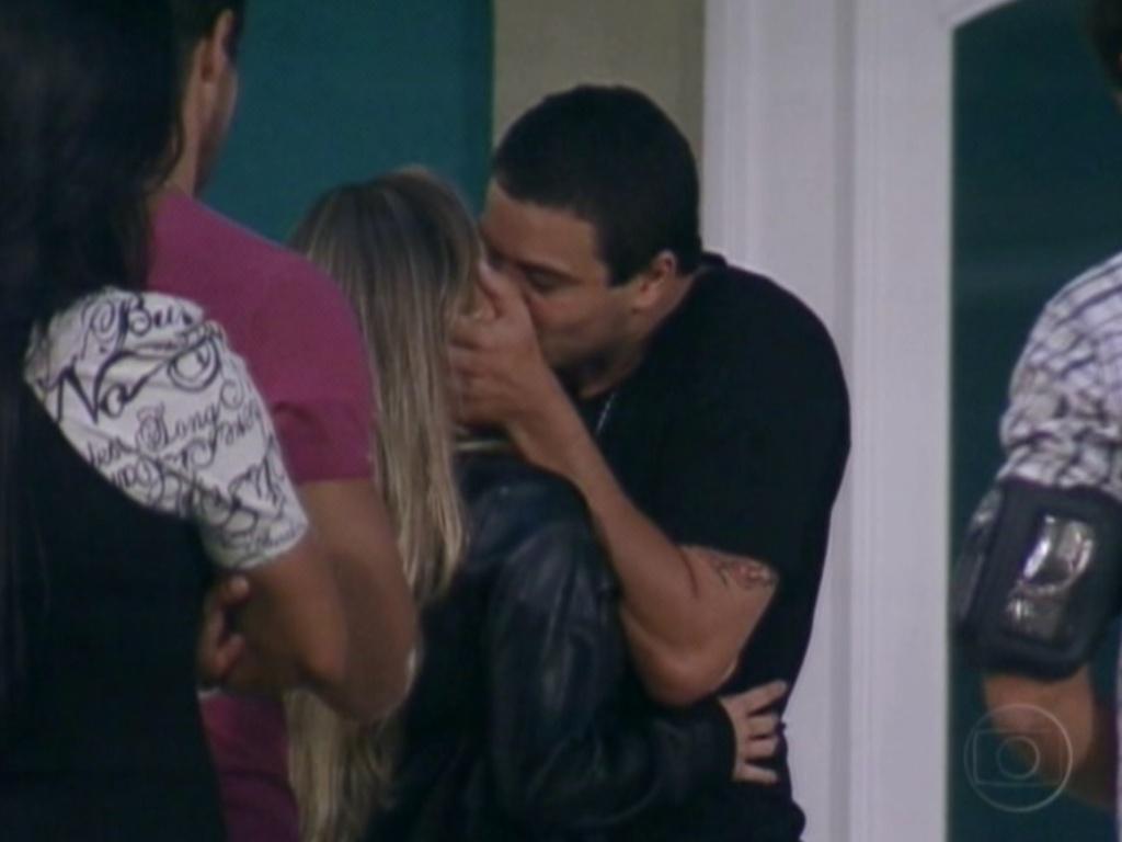 Rafa dá o último beijo em Renata antes de deixar a casa do
