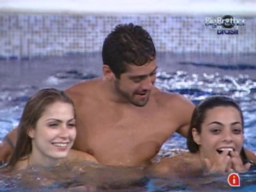 Renata, Yuri e Monique aproveitam a piscina na noite desta terça-feira (28/2/120