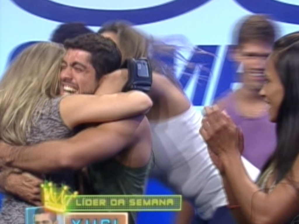 Após resultado, Yuri é abraçado por Renata e Monique (1/3/12)