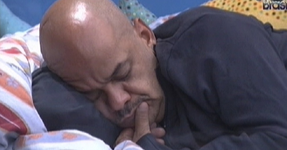 João Carvalho dorme no quarto Praia depois de reclamar de dor de garganta (1/3/12)