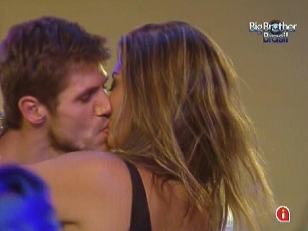 Jonas e Monique se beijam na noite desta quarta-feira (29/2/12)