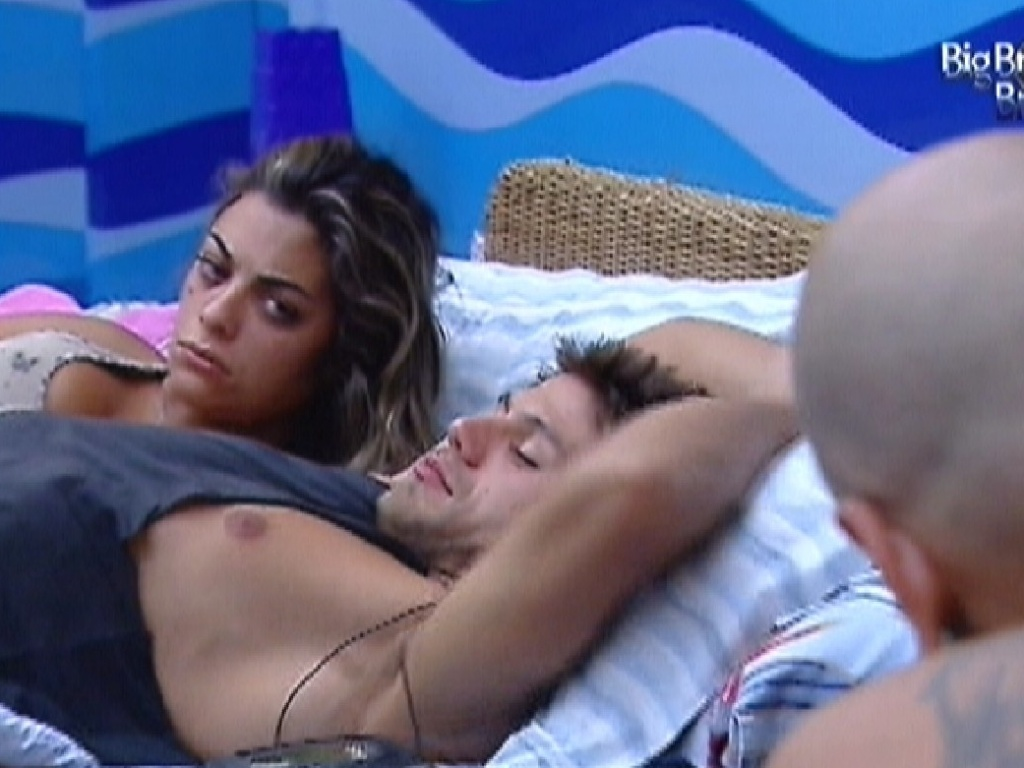 Monique e Jonas acordam juntos no quarto Praia (1/3/12)