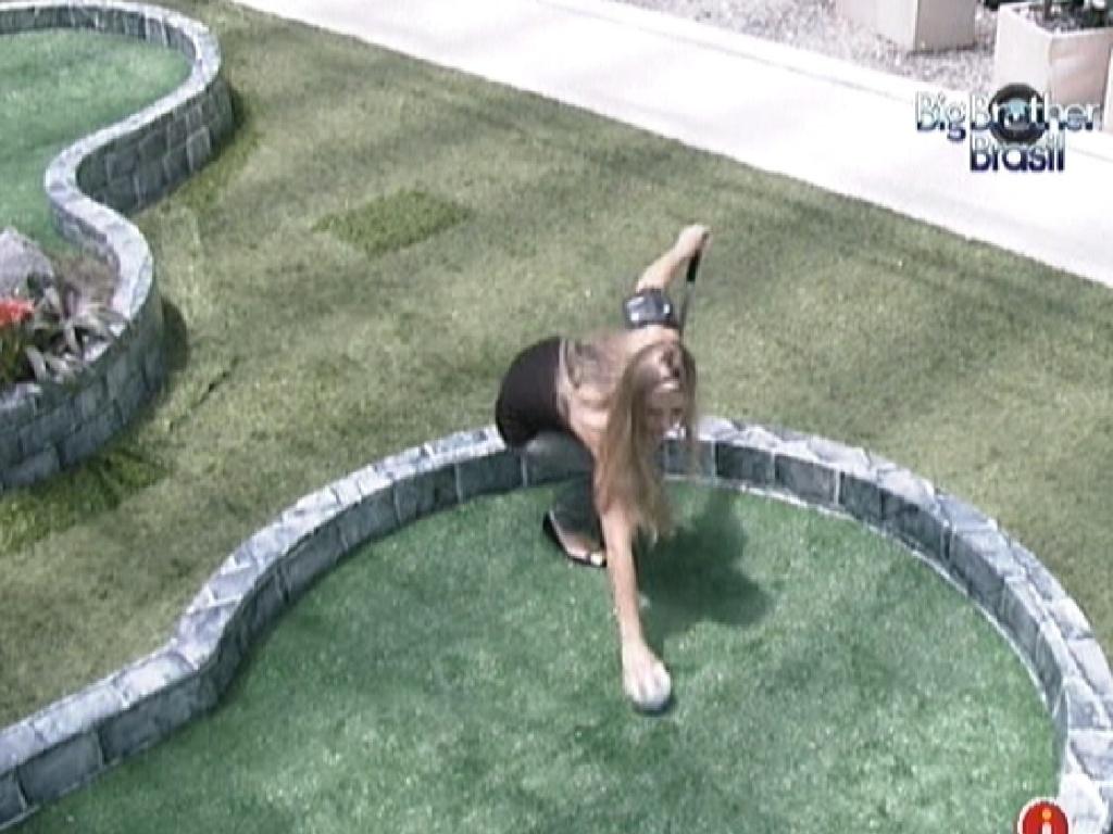 Renata coloca a bola para iniciar o jogo de golfe (2/3/12)