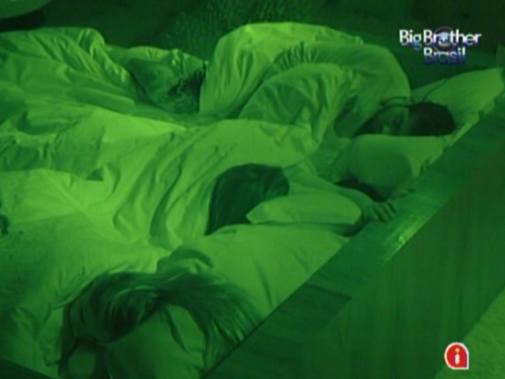 Renata (esq), Monique e Yuri dormem no quarto do líder (2/3/12)