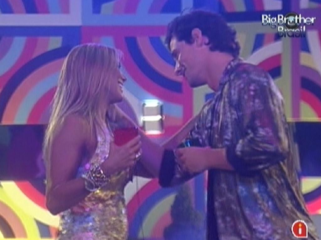 Fael elogia vestido de Fabiana no início da festa deste sábado (3)