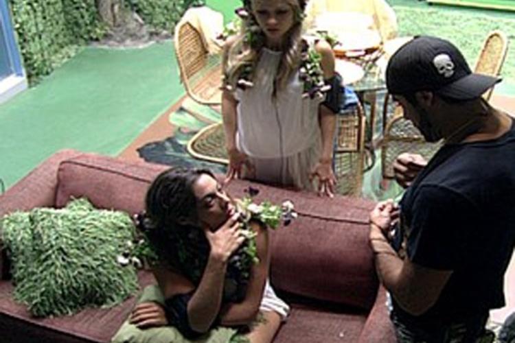 Monique critica Fabiana para Yuri e Renata (3/3/12)