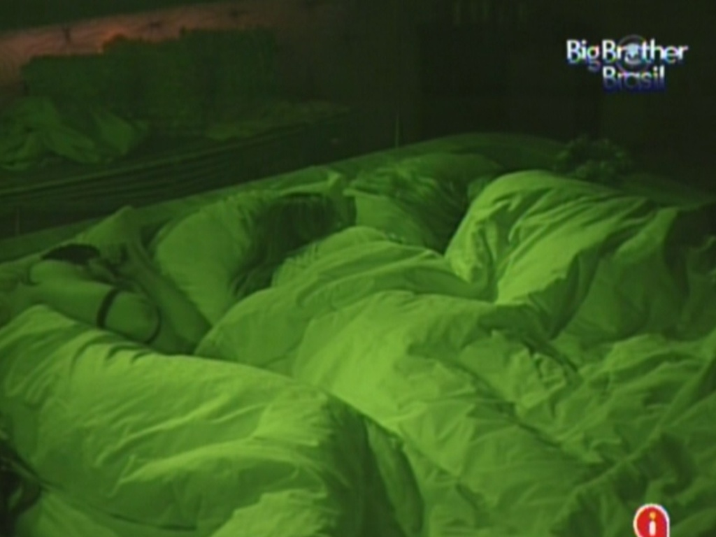 Yuri, Renata e Monique dormem no quarto do líder (3/3/12)