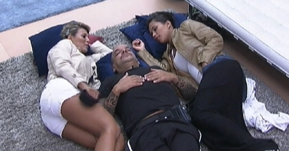 Fabiana, João Carvalho e Kelly conversam enquanto outros brothers dormem na sala (4/3/12)