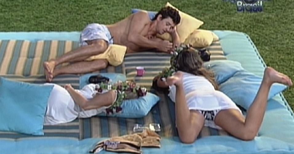 Fael, Renata e Monique conversam deitados no futon (4/3/12)