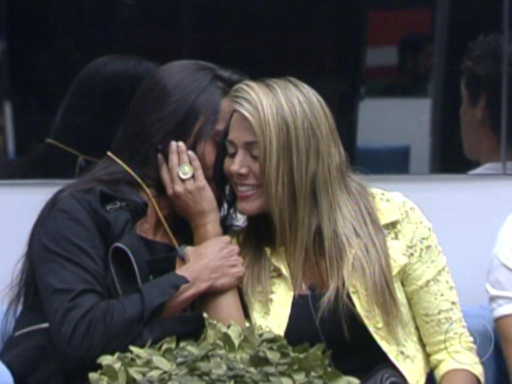 Kelly fica aliviada com o colar do anjo e recebe um abraço de Fabiana (4/3/12)