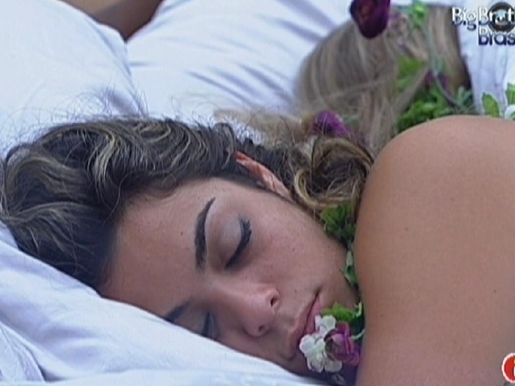 Monique continua dormindo mesmo depois de toque para despertar (4/3/12)