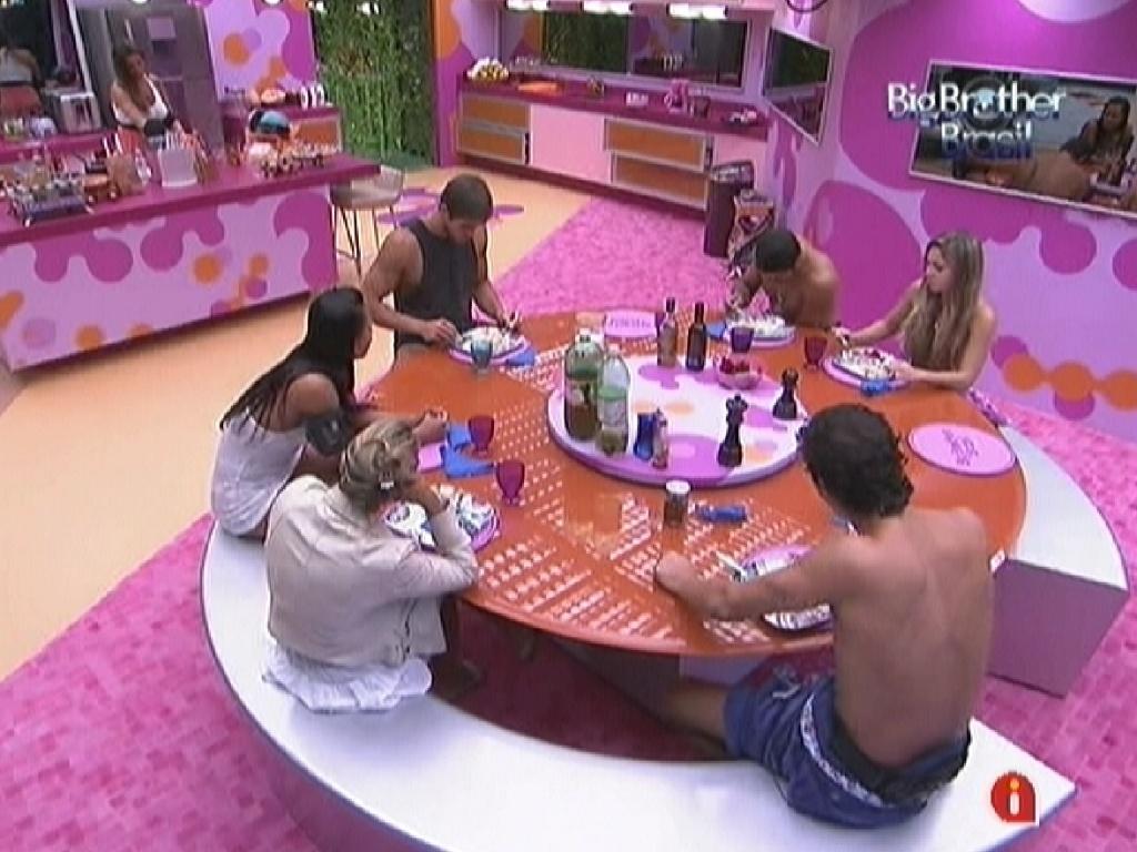 Brothers se reúnem para almoçar comida preparada por Fabiana, Kelly e Fael (5/3/12)