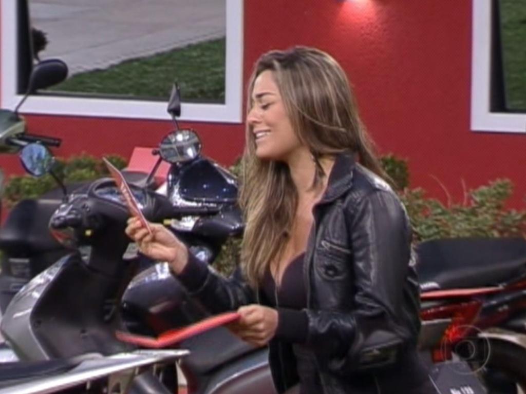 Em brincadeira, Monique pega bolinha azul e ganha o direito de escolher uma das motos (5/3/12)