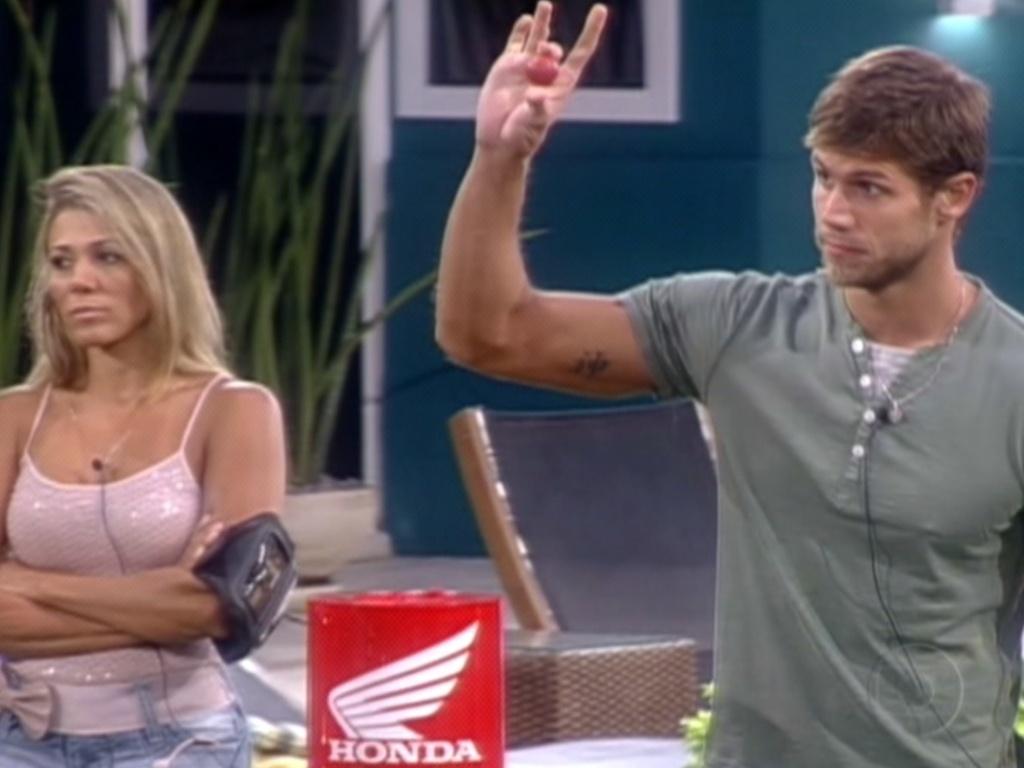 Jonas é o primeiro a participar da brincadeira e com a bolinha vermelha, tirou Fabiana do jogo (5/3/12)