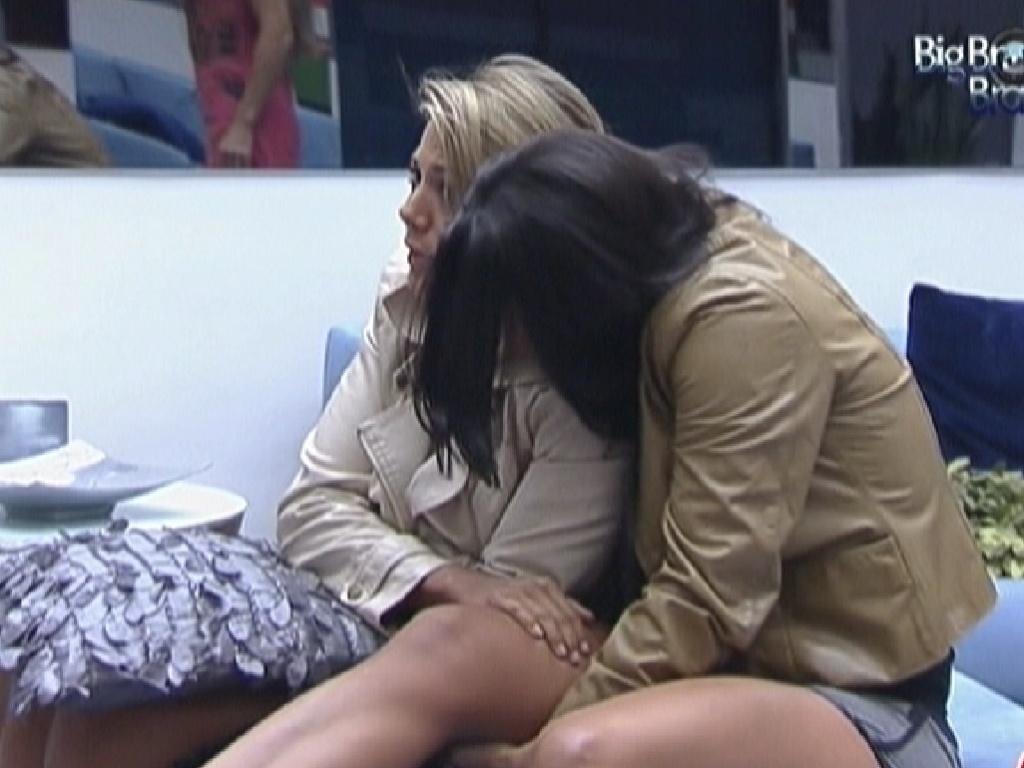 Kelly (dir.) abraça Fabiana e reclama de frio (5/3/12)
