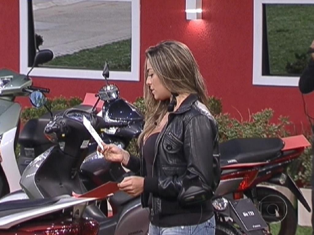 Monique lê bilhete e descobre que ganhou uma moto (5/3/12)