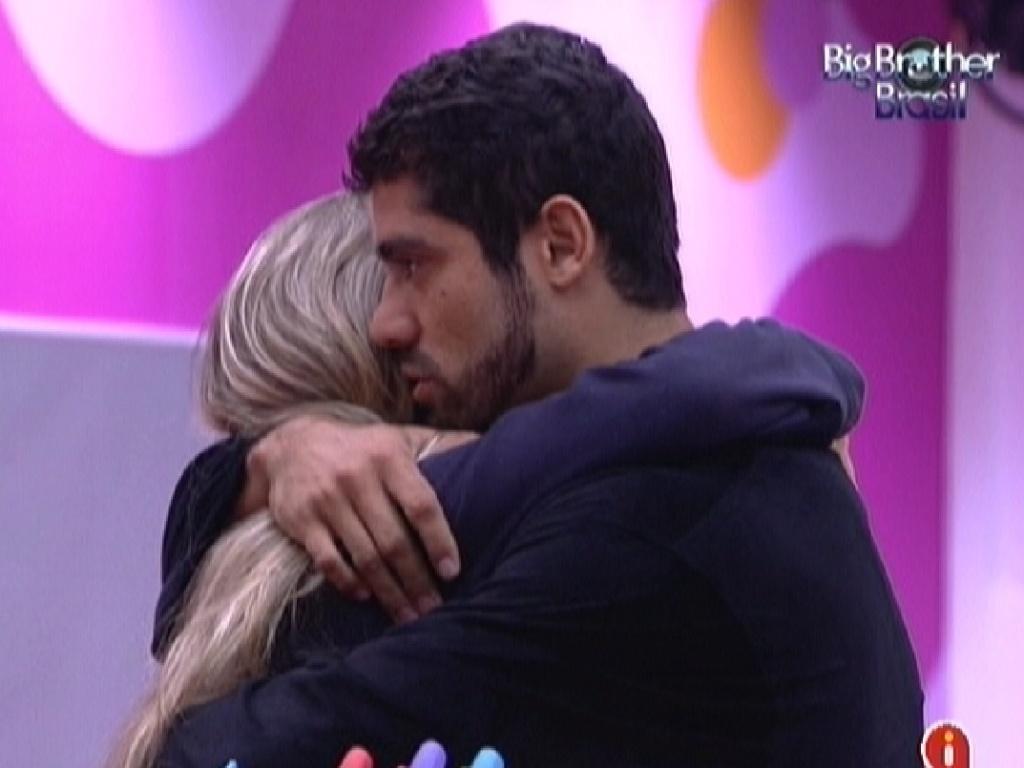 Yuri abraça Renata e reforça torcida por ela no paredão (5/3/12)