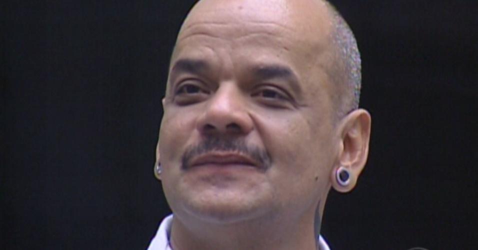 Bial saúda João Carvalho no dia do paredão (6/3/12)