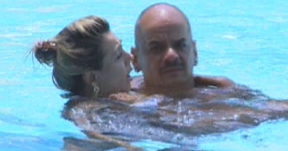 Fabiana fica no ombro de João Carvalho na piscina (6/3/12)