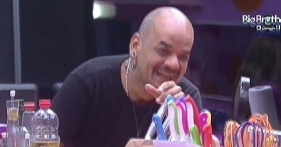 João Carvalho se diverte com gracinhas de Renata e Monique (6/3/12)