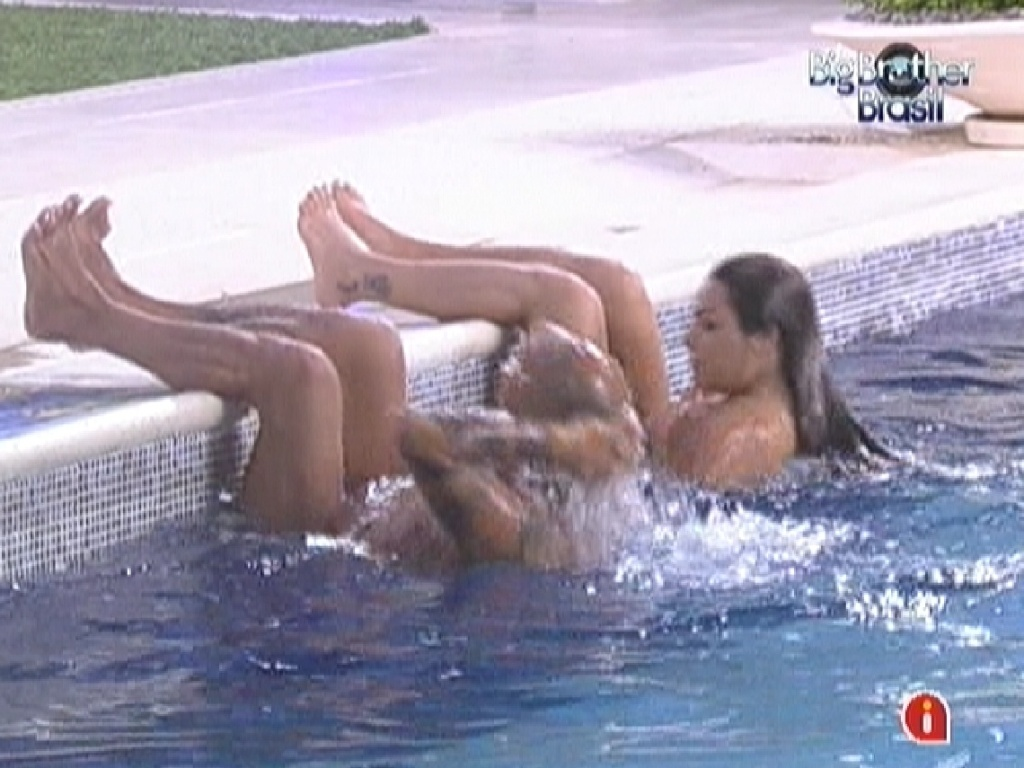 Monique e João Carvalho fazem exercícios abdominais na piscina (6/3/12)