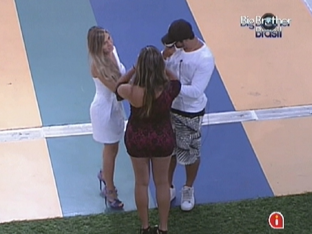 Renata (esq.), Monique (de costas) e Yuri se reúnem antes do paredão e prometem manter grupo Selva unido (6/3/12)