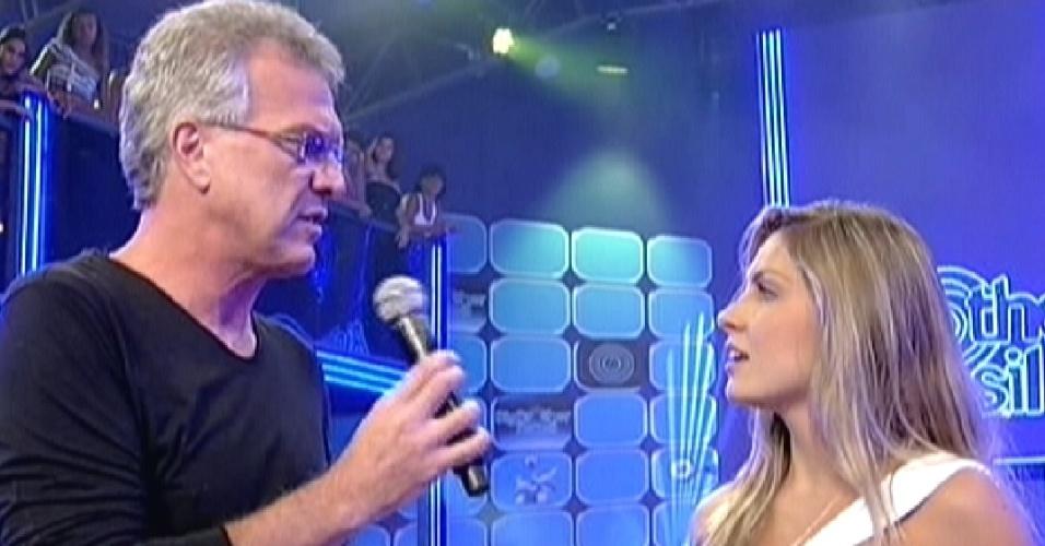 Bial conta para Renata que ela foi criticada pelo público por ter ficado com três pessoas dentro da casa (7/3/12)