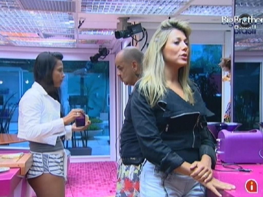 Kelly, João Carvalho e Fabiana tomam café da manhã na cozinha (7/3/12)
