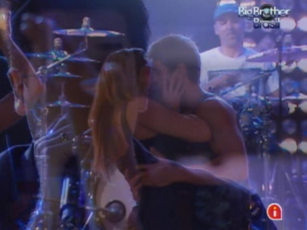 Monique e Jonas se beijam durante música
