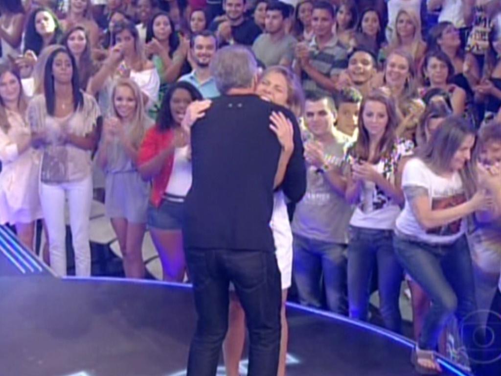 O apresentador Pedro Bial abraça Renata, oitava eliminada do
