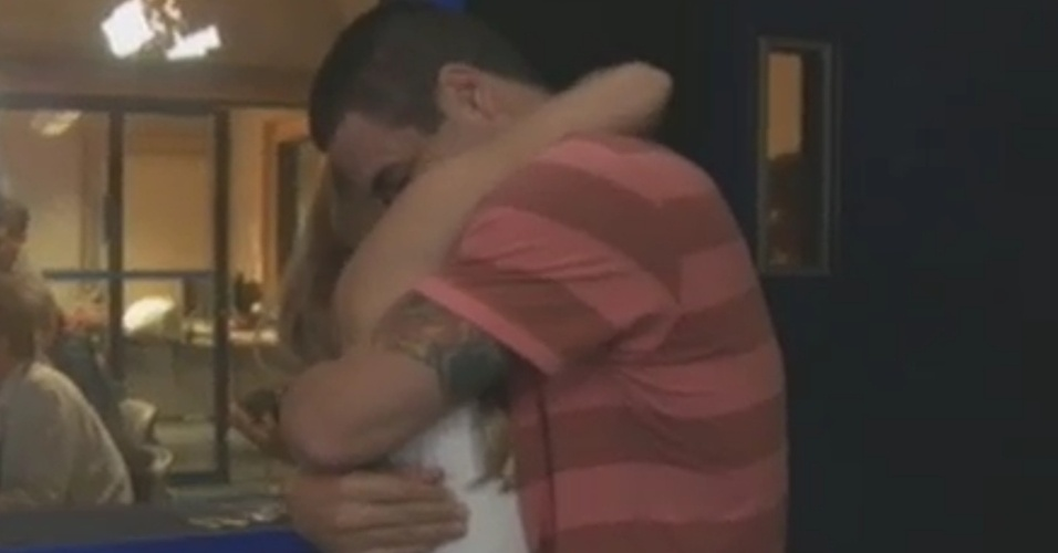 Rafa surpreende Renata e brothers se reencontram após eliminação da sister (7/3/12)