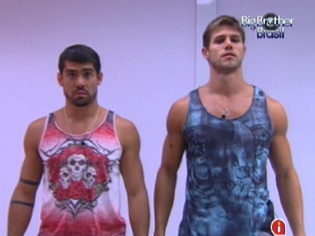 Yuri (esq.) e Jonas (dir.) se olham no espelho e comparam suas camisetas (7/3/12)