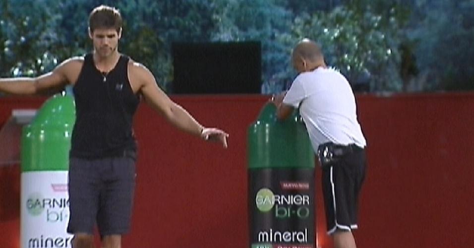 João Carvalho aperta o desodorante, enquanto Jonas faz o percurso de volta na trave (8/3/12)