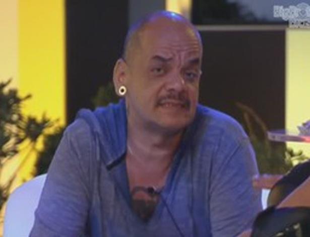João Carvalho critica Yuri para Monique (8/3/12)