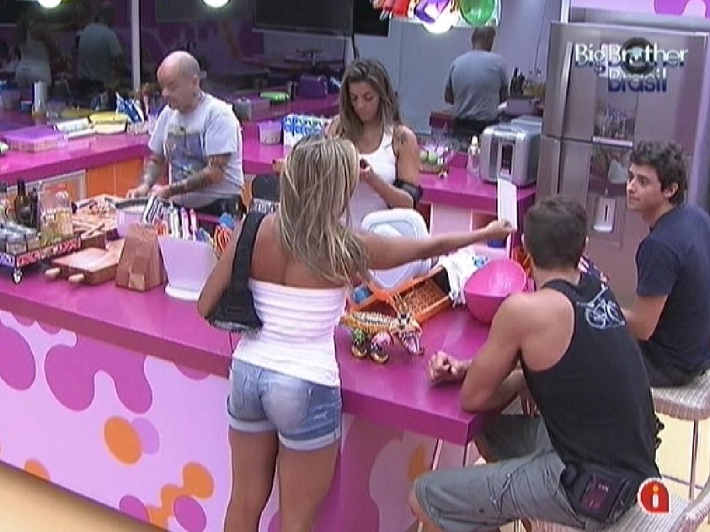 João Carvalho prepara o almoço e Fabiana mostra foto que imprimiu para Fael (8/3/12)