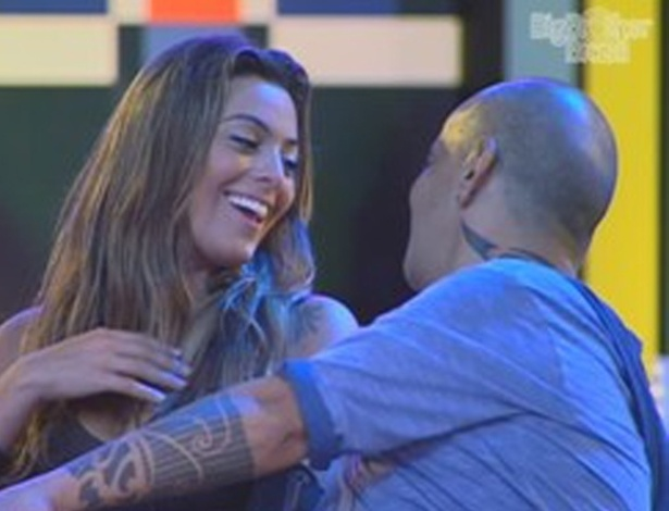 Monique elogia atitude de Jonas de beij-la durante show do Jota Quest (8/3/12)