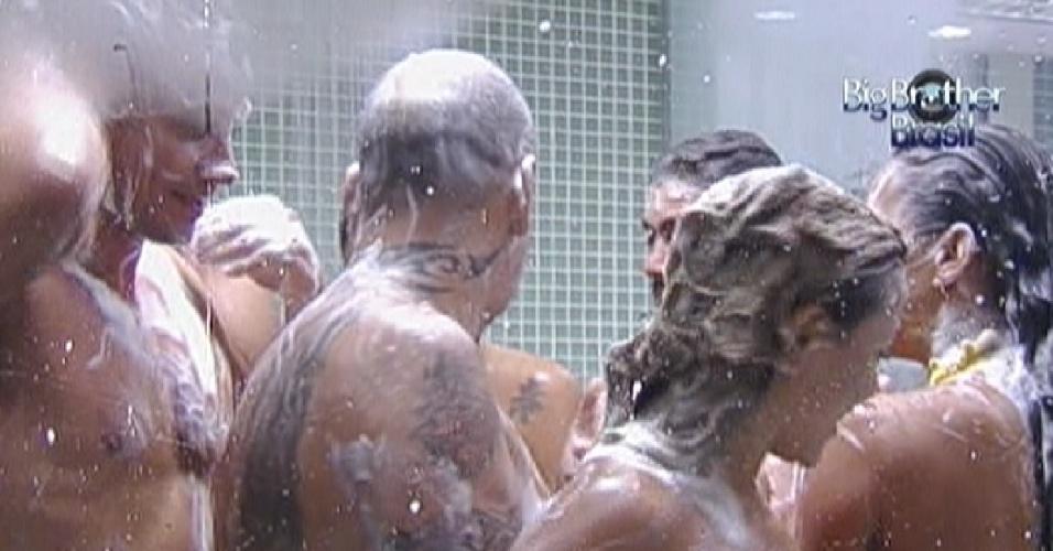 Brothers fazem revezamento no chuveiro durante banho coletivo (9/3/12)