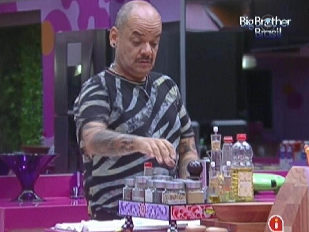 Enquanto prepara o almoço, João Carvalho fala sobre votar em Monique para o paredão (9/3/12)