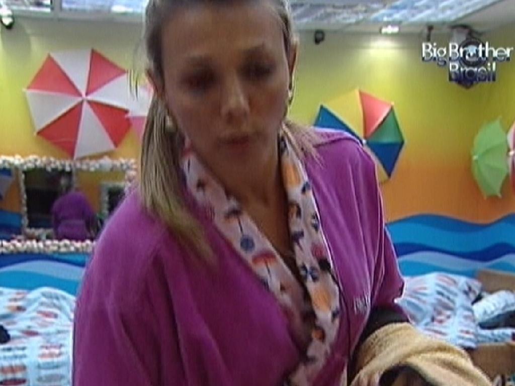 Fabiana se prepara para tomar banho (9/3/12)