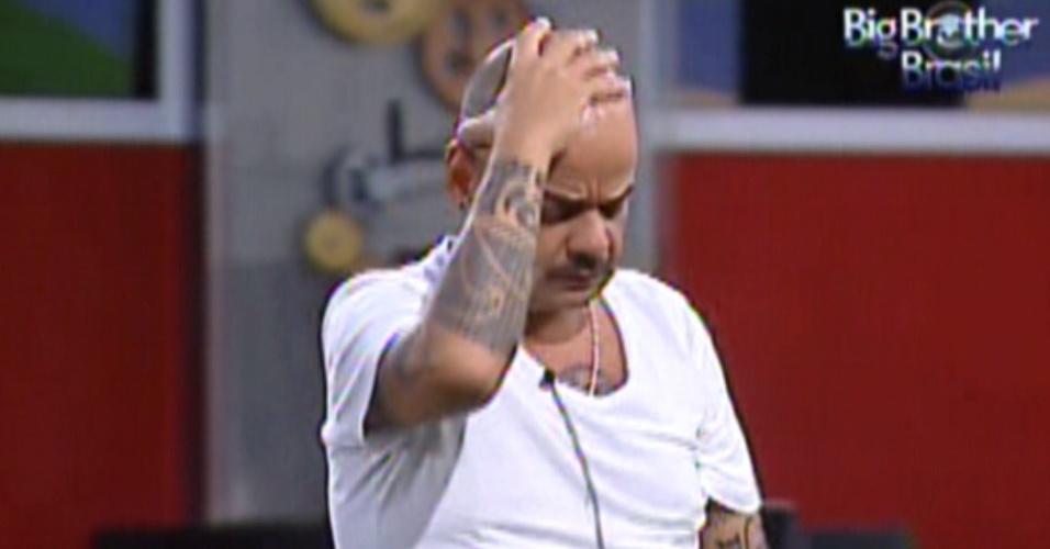 João Carvalho lamenta a atuação na prova do líder (9/3/12)