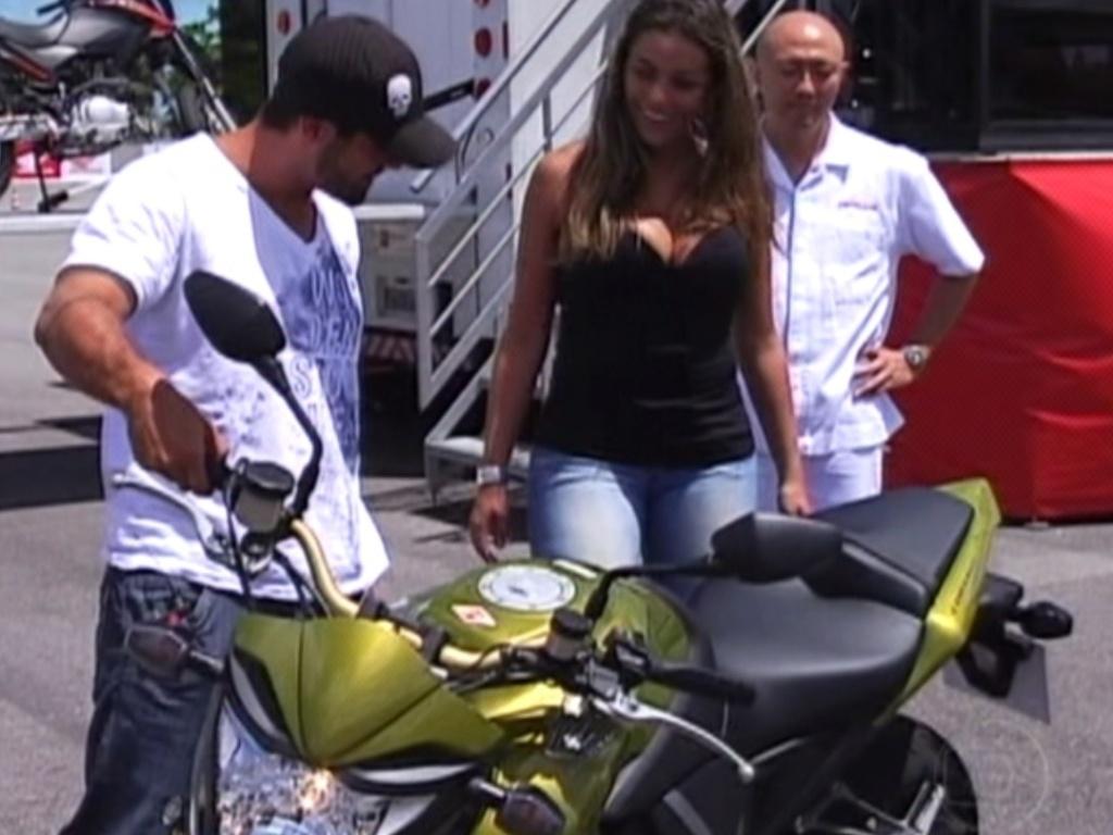 Monique e Yuri ganham a chance de fazer o test drive nas motos, no Centro de Treinamento da Honda, em Recife (7/3/12)