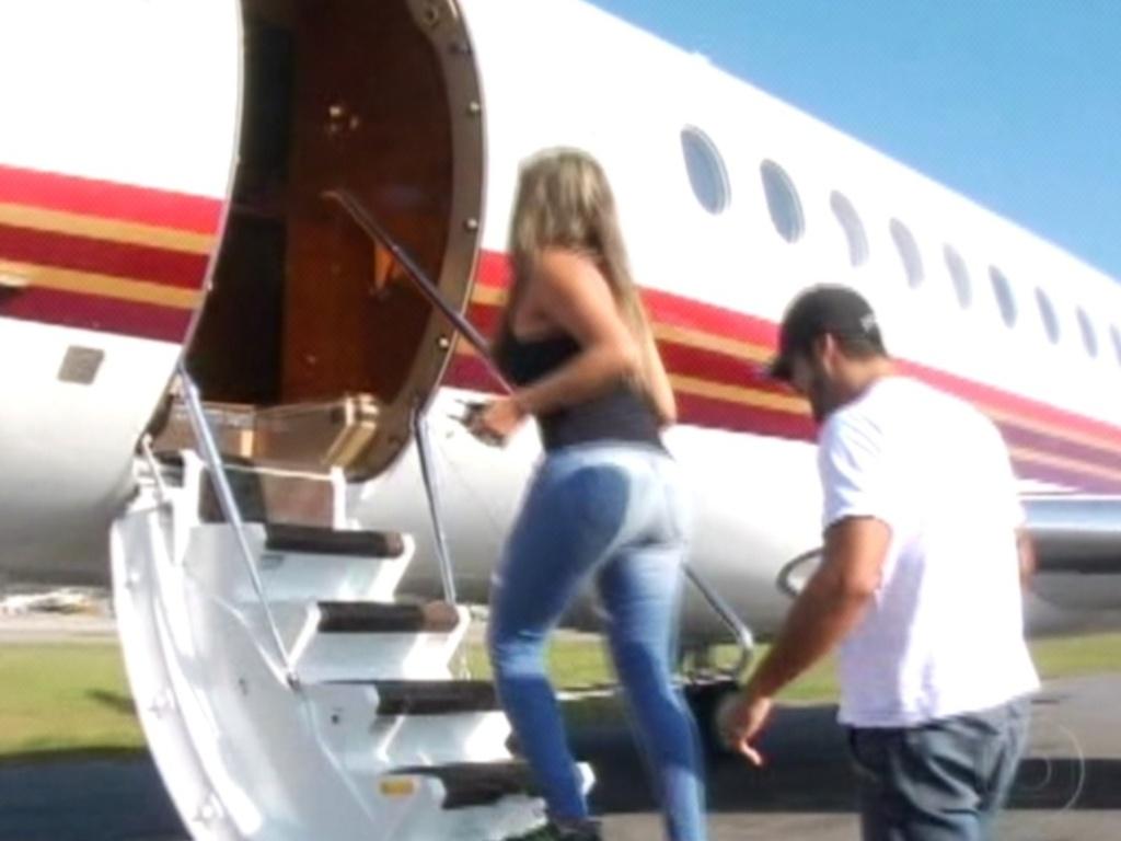 Já no aeroporto do Rio de Janeiro, Monique e Yuri sobem no jatinho para passeio em Recife, no Centro de Treinamento da Honda (7/3/12)