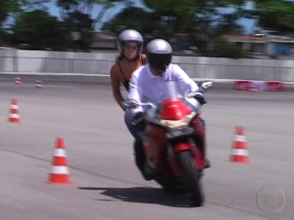 Monique passeia na moto com um funcionário da Honda, no Centro de Treinamento, em Recife (7/3/12)