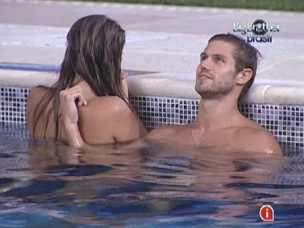 Na piscina, Jonas faz carinho nas costas de Monique (9/3/12)