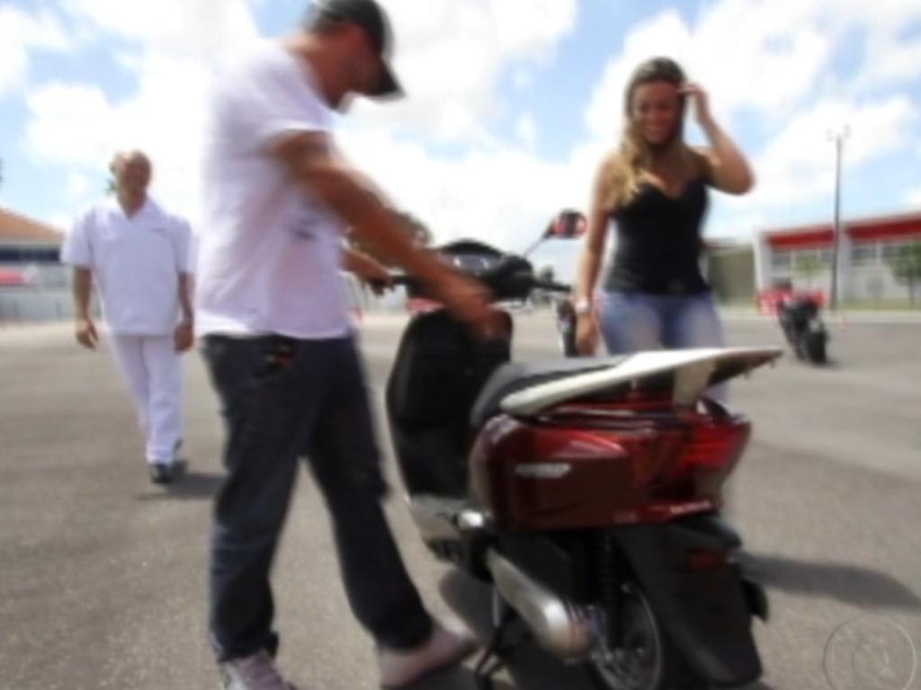No Centro de Treinamento da Honda, em Recife, Yuri testa a moto que acabara de ganhar (7/3/12)