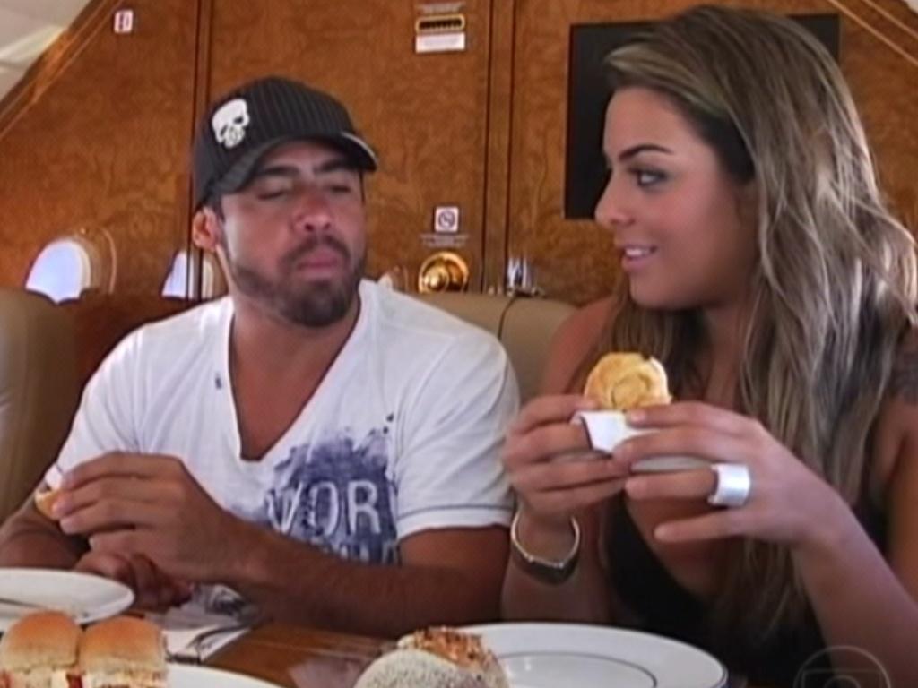 Yuri e Monique saboreiam o café da manha no jatinho, que pousará em Recife (7/3/12)