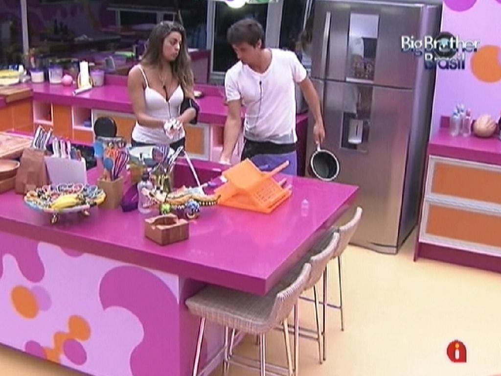 Enquanto limpam a cozinha, Monique e Fael conversam sobre Laisa no