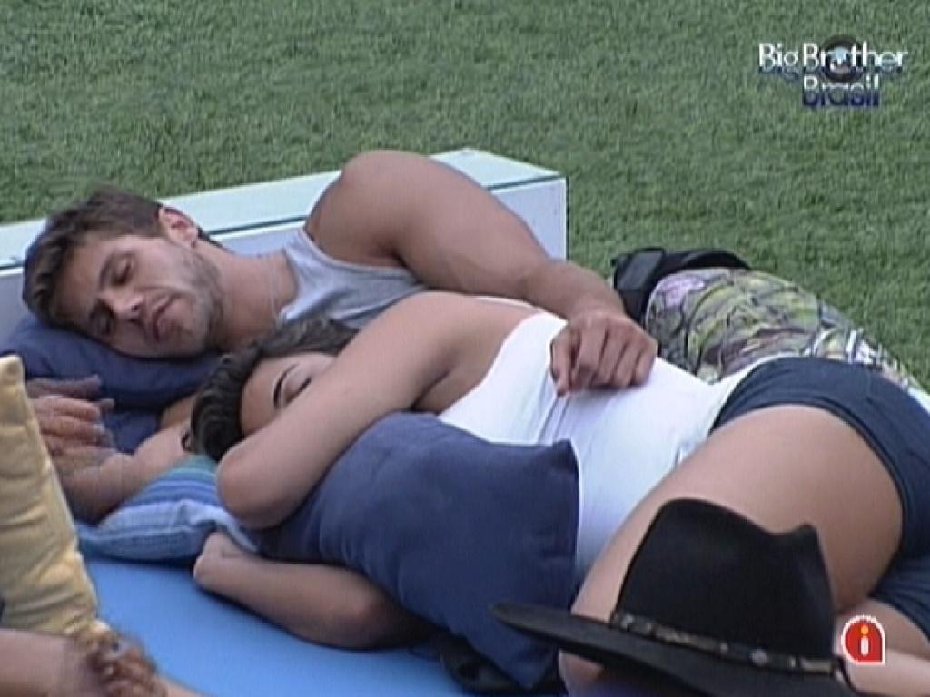 Jonas e Monique trocam carinhos deitados no futon (10/3/12)